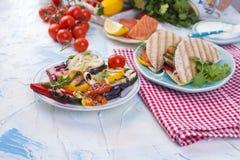 Tortilla με τα λαχανικά και το σολομό ικανότητα σιτηρεσίου δημ&e υγιές μεσημεριανό γεύμα Λαχανικά και ψάρια Θερινές επιλογές θέση Στοκ Εικόνες
