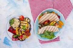 Tortilla με τα λαχανικά και το σολομό ικανότητα σιτηρεσίου δημ&e υγιές μεσημεριανό γεύμα Λαχανικά και ψάρια Οι θερινές επιλογές,  Στοκ Φωτογραφίες