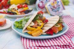 Tortilla με τα λαχανικά και το σολομό ικανότητα σιτηρεσίου δημ&e υγιές μεσημεριανό γεύμα Λαχανικά και ψάρια Θερινές επιλογές Στοκ εικόνες με δικαίωμα ελεύθερης χρήσης