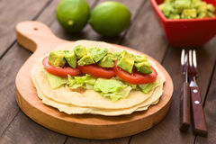Tortilla με το μαρούλι, την ντομάτα και το αβοκάντο Στοκ Εικόνα