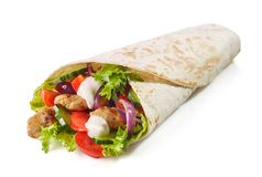 Tortilla περικάλυμμα με το τηγανισμένα κρέας και τα λαχανικά κοτόπουλου στοκ φωτογραφίες