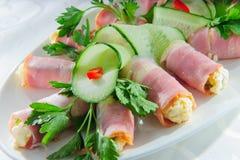 Tortilla περικάλυμμα με το εσωτερικό και τα λαχανικά τυριών στοκ φωτογραφίες με δικαίωμα ελεύθερης χρήσης