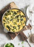 Tortilla картошки и шпината в лотке на светлой предпосылке Очень вкусная закуска или закуска Стоковое Фото