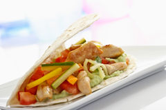 Tortilla с овощами и цыпленком на плите Стоковое фото RF