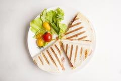 Tortilla avec des légumes sur la vue supérieure de plat blanc Image libre de droits