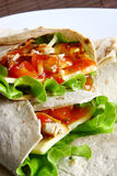 Tortilla avec du fromage et la salade verte Image libre de droits