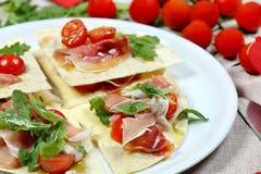 Tortilla avec le jambon de Parme images stock