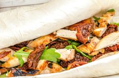 Tortilla avec le poulet grillé Photo stock