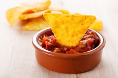 Tortilla-Chip mit heißem Salsabad Stockfoto