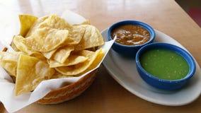 Tortilla-Chips und Salsa Stockbilder