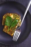 Tortilla cocida con espinaca Fotografía de archivo