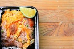 Tortilla con el limón, cerdo de la salchicha en cierre del arroz frito para arriba en el fondo de madera de la tabla de la comida Fotografía de archivo libre de regalías