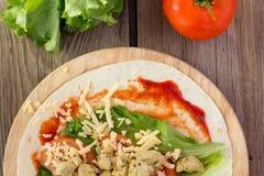 Tortilla con el pollo, tomates, ensalada Foto de archivo