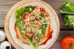 Tortilla con el pollo, tomates, ensalada Foto de archivo libre de regalías