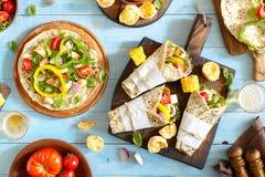 Tortilla con el prendedero asado a la parrilla del pollo, la cerveza dorada y el vegetabl asado a la parrilla Imagenes de archivo