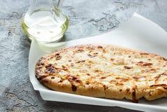 Tortilla con el queso, aceite de oliva extraordinariamente virginal en un backg concreto Imágenes de archivo libres de regalías