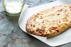 Tortilla con el queso cocido, aceite de oliva extraordinariamente virginal en un hormigón Imagenes de archivo