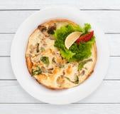 Tortilla con las setas y las verduras fritas Imagenes de archivo