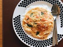 Tortilla de color salmón con arroz en un plato grande fotos de archivo