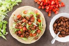 Tortilla de farine avec le haricot, la tomate et la laitue photos libres de droits