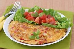 Tortilla de huevos con el jamón y la ensalada Foto de archivo libre de regalías