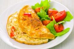Tortilla de huevos con la ensalada vegetal Fotografía de archivo