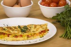 Tortilla de huevos con los ingredientes Imagenes de archivo