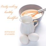 Tortilla de huevos que hace con el jarro de leche imagen de archivo