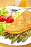 Tortilla de huevos y ensalada del espárrago Foto de archivo libre de regalías