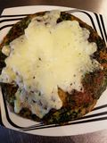 Tortilla de la espinaca al gratén con queso cocido fotografía de archivo