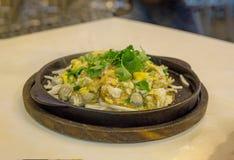 Tortilla de la ostra servida en la cacerola caliente, comida china en Tailandia imágenes de archivo libres de regalías