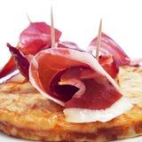 Tortilla de patatas espagnole et jambon de serrano Photographie stock