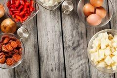 Tortilla de patatas Ingrédients pour préparer l'omelette espagnole Photographie stock