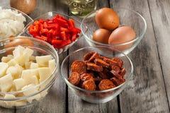 Tortilla de patatas Ingrédients pour préparer l'omelette espagnole avec le chorizo, les pommes de terre, le paprika et l'oeuf de  Photo stock