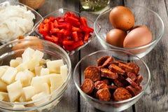 Tortilla de patatas Ingrédients pour préparer l'omelette espagnole avec le chorizo, les pommes de terre, le paprika et l'oeuf de  Photo libre de droits