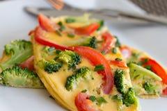 Tortilla del bróculi y del tomate (tortilla) Foto de archivo libre de regalías