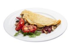 Tortilla del desayuno con la salchicha y los tomates foto de archivo