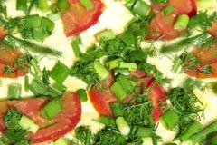 Tortilla del huevo con los tomates y las habas verdes Foto de archivo