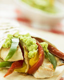 Tortilla deliciosa del abrigo con guacamole picante de las verduras del pollo Fotografía de archivo