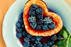 Tortilla dulce con las zarzamoras, postre sabroso Imagen de archivo