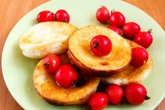 tortilla dulce de la baya adornada con el espino Imagen de archivo libre de regalías