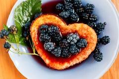 Tortilla dulce de la baya con la zarzamora Foto de archivo libre de regalías