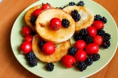 Tortilla dulce de la baya con la zarzamora y el espino Imagen de archivo libre de regalías