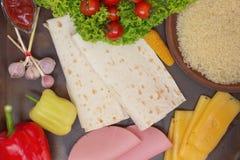 Tortilla e ingredientes para su carne, tomates, arroz, maíz Imagen de archivo libre de regalías