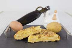 Tortilla española tradicional en la tabla de la pizarra Español Torti fotos de archivo libres de regalías