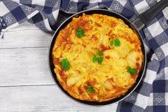 Tortilla espagnole authentique délicieuse dans la poêle image libre de droits