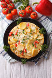 Tortilla espagnole délicieuse sur le plan rapproché de poêle Dessus vertical images stock