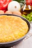 Tortilla espagnole (omelette) dans la poêle Photo libre de droits