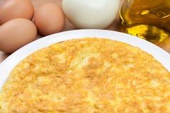 Tortilla espagnole (omelette) et quelques ingrédients Images libres de droits