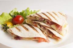 Tortilla fraîche sur une fin de plat  Photographie stock libre de droits